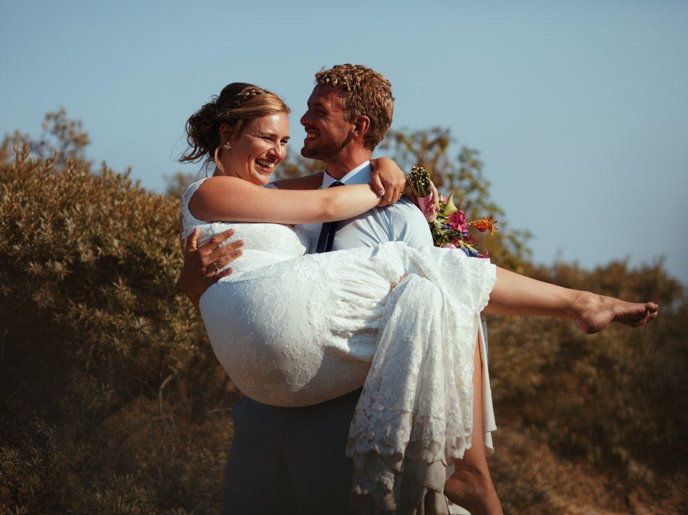 Een toffe bruidsfotoshoot in de duinen tijdens een bruiloft in Castricum aan Zee