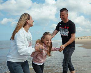 fotoshoot met het gezin op het strand van egmond