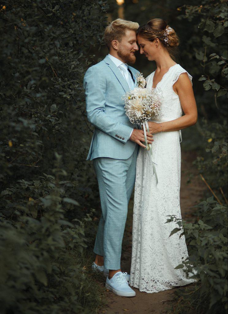Een bruidspaar tijdens een fotoshoot in de natuur van Heemskerk